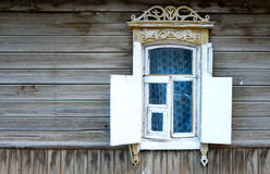 Finestra d'annata di vecchia casa di legno in Russia Fotografie Stock Libere da Diritti