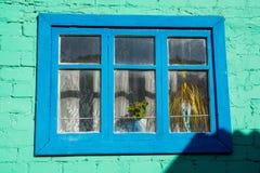 Finestra d'annata individuata su una parete verde Fotografia Stock