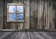 finestra d'annata interna della stanza con il backgrou di legno del pavimento e della parete fotografie stock