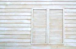 Finestra d'annata sulla parete di legno Fotografie Stock