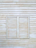 Finestra d'annata sulla parete di legno Immagini Stock Libere da Diritti