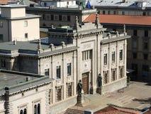 Finestra decorativa di un appartamento storico La facciata del tribunale criminale nel centro urbano fotografie stock