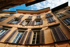 Finestra decorativa di un appartamento storico Vista di una costruzione antica alta con le grandi finestre Immagine Stock Libera da Diritti