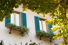 Finestra decorativa di un appartamento storico Vista di una costruzione antica alta con le grandi finestre Fotografie Stock
