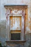 Finestra decorativa in una vecchia casa padronale Immagine Stock Libera da Diritti