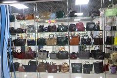 Finestra del negozio che vende le borse del ` s delle donne Immagini Stock