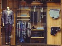 Finestra del negozio con l'abbigliamento del ` s degli uomini Immagine Stock Libera da Diritti
