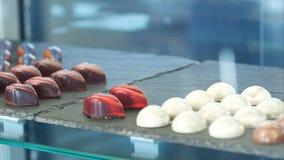 Finestra del negozio con le pile di dolci, di gelatine e di caramelle del cioccolato Immagine Stock Libera da Diritti