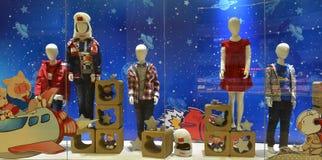 Finestra del negozio dell'abbigliamento dei bambini, volo spaziale e dei bambini immagini stock