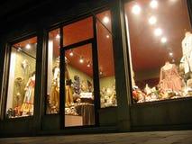 Finestra del negozio della mascherina alla notte Immagini Stock