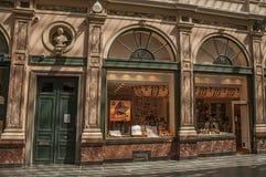 Finestra del negozio nel Galeries Royales San-Hubert a Bruxelles fotografie stock