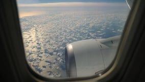 Finestra dell'aeroplano con cielo blu e le nuvole fuori stock footage
