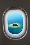 Finestra dell'aeroplano dall'interno degli aerei immagine stock