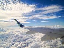 Finestra dell'aeroplano e nuvole piacevoli fotografie stock