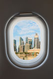 Finestra dell'aeroplano e orizzonte moderno della città fotografie stock libere da diritti