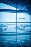 Finestra dell'aeroporto fuori della scena Fotografia Stock Libera da Diritti