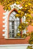 Finestra dell'annesso semicircolare laterale del palazzo di Petroff, Mosca, Russia Fotografia Stock