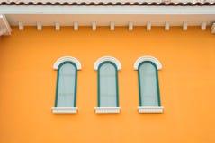 Finestra dell'arco rotondo sulla parete arancio Fotografia Stock Libera da Diritti