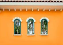 Finestra dell'arco rotondo sulla parete arancio Fotografia Stock