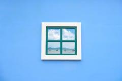 Finestra dell'arco rotondo sulla parete blu Fotografia Stock Libera da Diritti