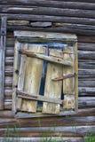 Finestra della casa di legno chiusa con l'otturatore crollato Immagini Stock