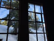 Finestra della casetta della montagna che guarda fisso immagini stock libere da diritti