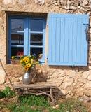 Finestra della fattoria con l'otturatore blu Fotografie Stock Libere da Diritti