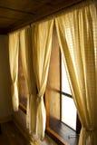 finestra delle tende fotografia stock