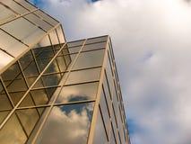 Finestra dello specchio delle costruzioni con la riflessione Immagine Stock Libera da Diritti