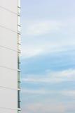Finestra di alta costruzione con il cielo Immagini Stock Libere da Diritti