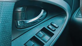 Finestra di automobile del bottone di tornitura della mano stock footage