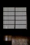 Finestra di carta di vecchia casa giapponese del samurai fotografia stock libera da diritti