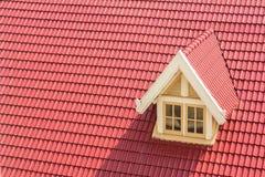 Finestra di Dormer sul tetto rosso Fotografia Stock Libera da Diritti