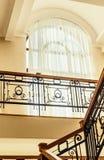 Finestra di Hhigh sopra le scale in casa Immagine Stock