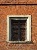 Finestra di Immured sulla priorità bassa del muro di mattoni Immagini Stock