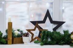 Finestra di inverno della decorazione di Natale annata fotografie stock