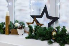 Finestra di inverno della decorazione di Natale annata immagini stock libere da diritti