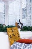 Finestra di inverno della decorazione di Natale annata fotografia stock libera da diritti