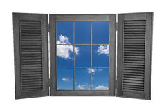 Finestra di legno aperta alla vista di cielo blu isolata su Backg bianco Fotografie Stock Libere da Diritti