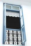 Finestra di legno blu sulla parete bianca fotografia stock