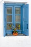 Finestra di legno blu tipica con gli otturatori Fotografie Stock
