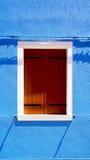 Finestra di legno in Burano sulla parete blu di colore fotografia stock