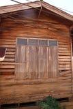 Finestra di legno chiusa di vecchia parete di legno della casa Immagine Stock