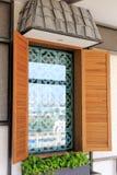 Finestra di legno con i mattoni vuoti Immagini Stock