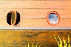 finestra di legno della barca nel giorno del sole Immagine Stock