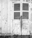 Finestra di legno della parete bianca d'annata fotografie stock libere da diritti