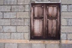 finestra di legno della parete non finita della casa Fotografie Stock