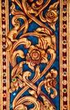 Finestra di legno di scultura dorata antica del tempio tailandese. Fotografie Stock Libere da Diritti