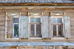 Finestra di legno di vecchio stile russo tre in Astrachan' Immagine Stock