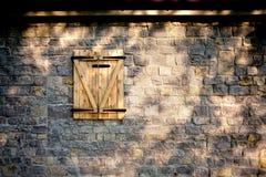 Finestra di legno e parete di pietra Fotografie Stock Libere da Diritti